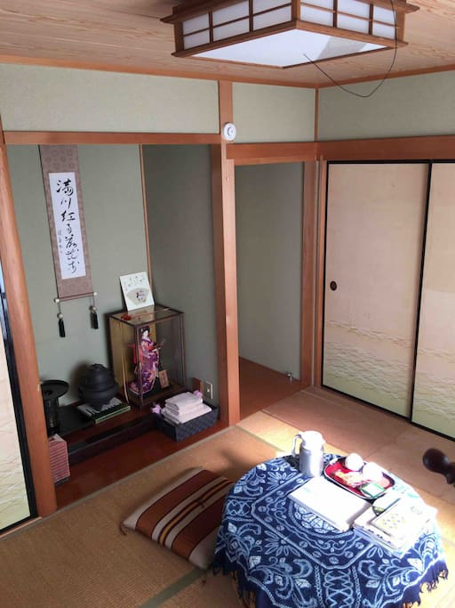 """guests's staying room, Japanese traditional """"tatami"""" and """"tokonoma""""  Tatami keeps cool in summer, and warm in winter. The air keeps cleanly. I think your spirit will be gentle and comfortable."""