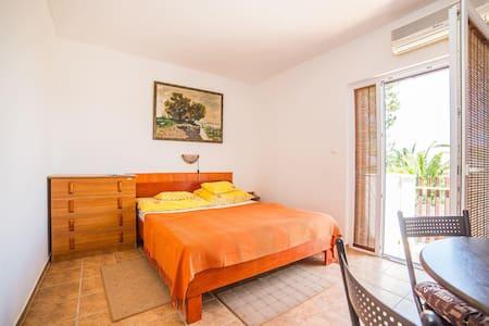Apartments Kalmar / One Bedroom A2 - Splitska - Appartement