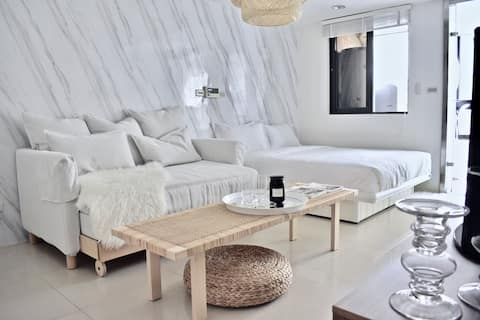 The white marble lounge