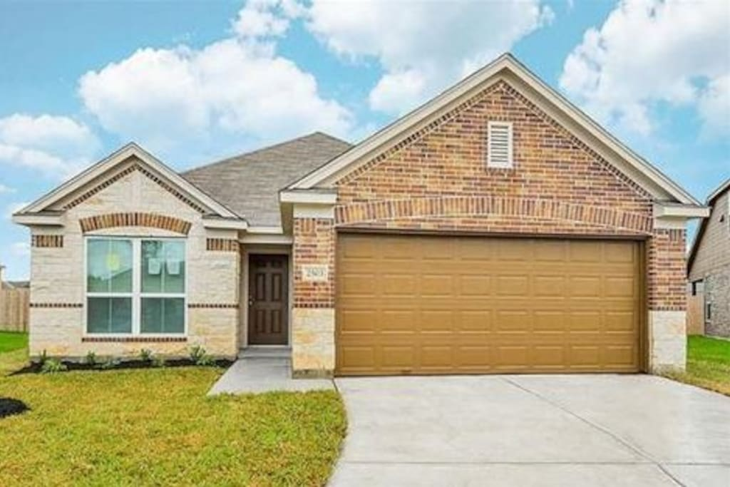 It is a brand new house to get you complete comfort you needed home away from home. It has 3 private bedrooms located in a quiet neighborhood on a major roads of 288 south of high-6 and Texas Fort Bend Park way. Almeda road to medical center is closed.