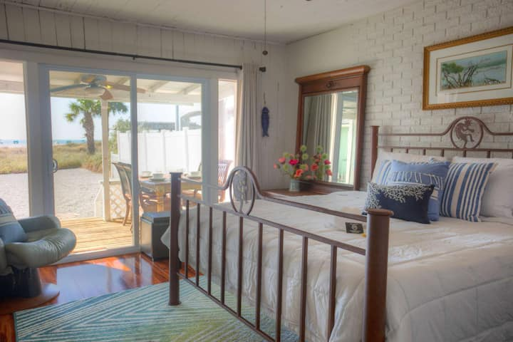 Fully Equipped Cottage Directly on the Beach!  Comfort and an Unbeatable Location.
