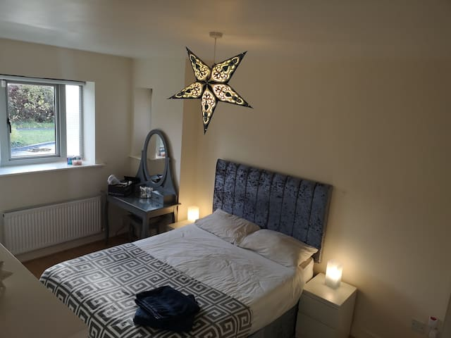 Private room en suite with double bed, belarmaine