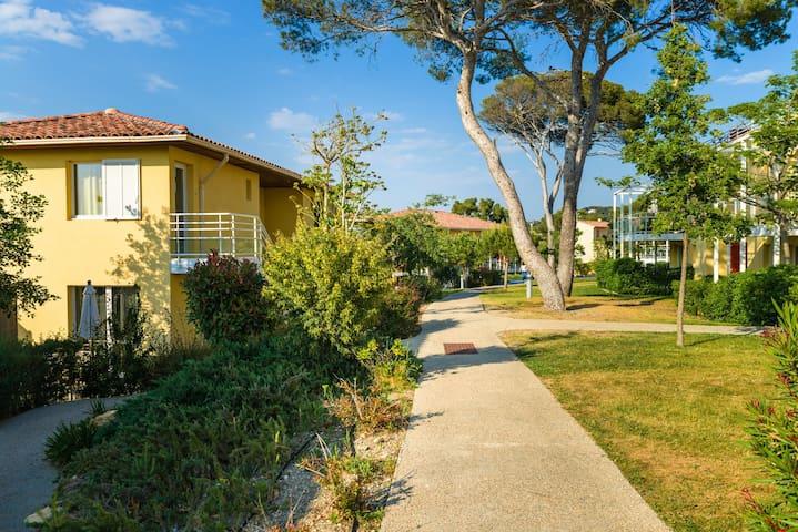 Appartement sur 2 étages pour 8 près de la plage | Accès piscine!