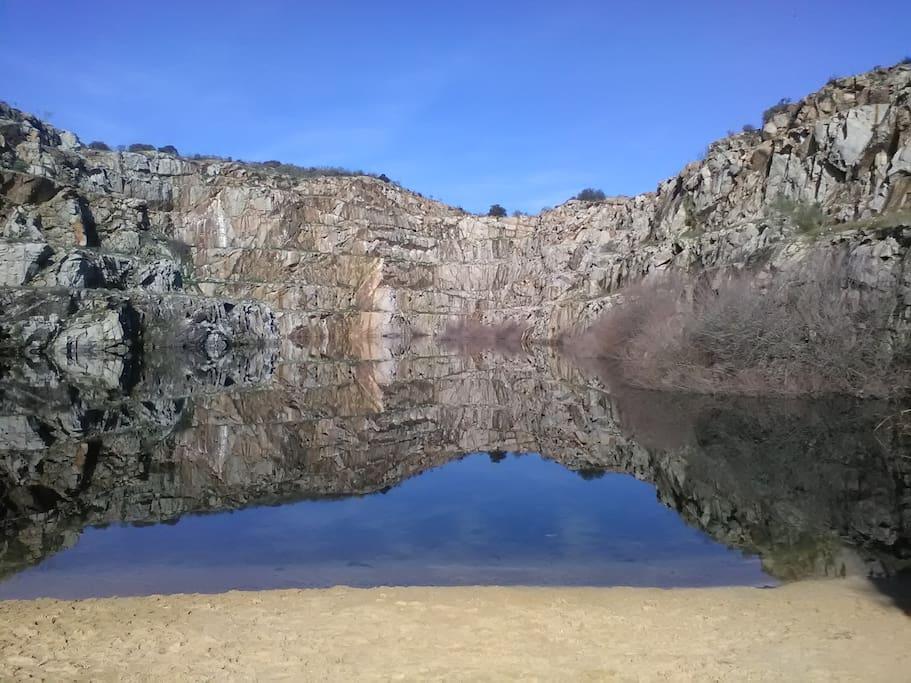 Cantera de Alcántara donde poder bañarte y disfrutar, respetuosamente, de especies protegidas como alimoche y cigüeña negra