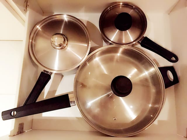 Complete sets of stainless steel pots, a total of three large and medium (milk pot / soup pot / large pan) 整套不锈钢锅具,大中小共三个(奶锅/汤锅/大平底锅)
