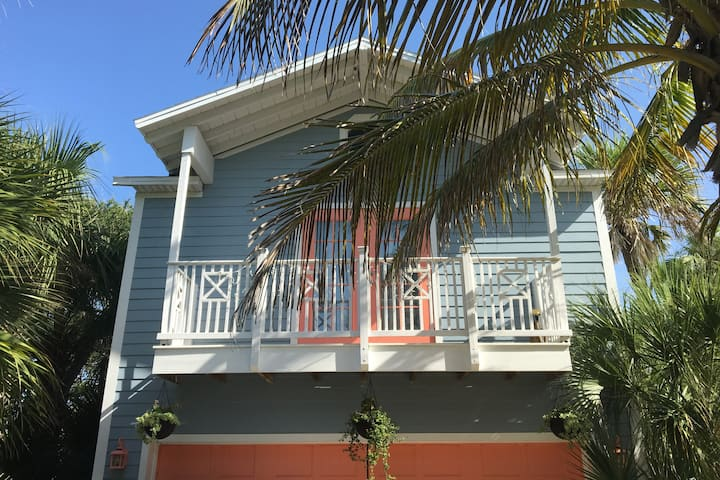 Carriage House Studio Apt -  2 blocks from Beach