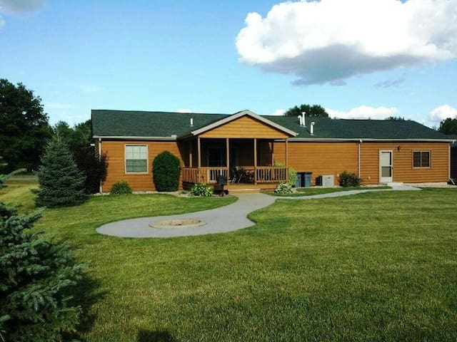 Copal on Lake Shore @ Spring Brook Resort | Cozy 3 Bedroom Home in Wis Dells