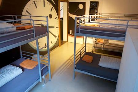 VIVA Hostel - 7 Bed Dorm - Chur - Slaapzaal