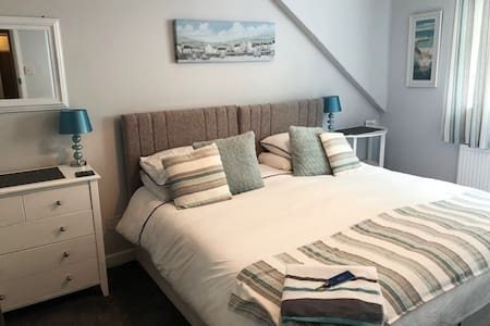 Room in central bed and breakfast, Looe