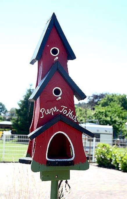 Ein Vogelhaus vor der Villa To Hus