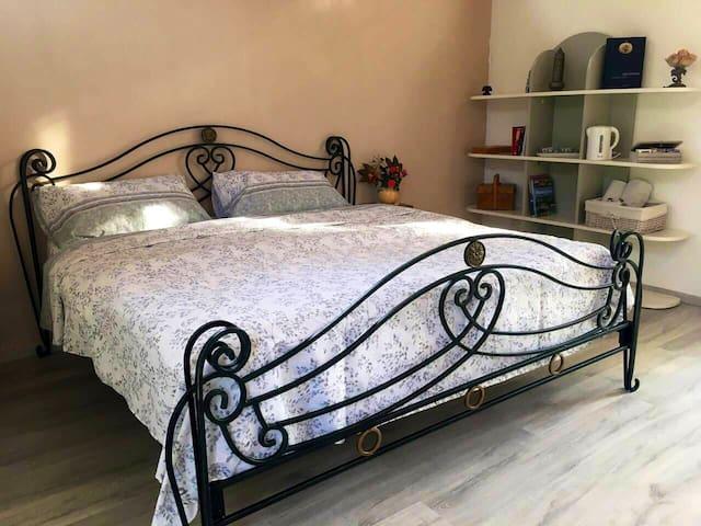 Chambre / Zimmer No 1 mit grossem Bett (180x200)