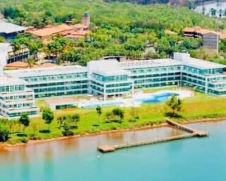 Flat maravilhoso em resort na beira do lago!