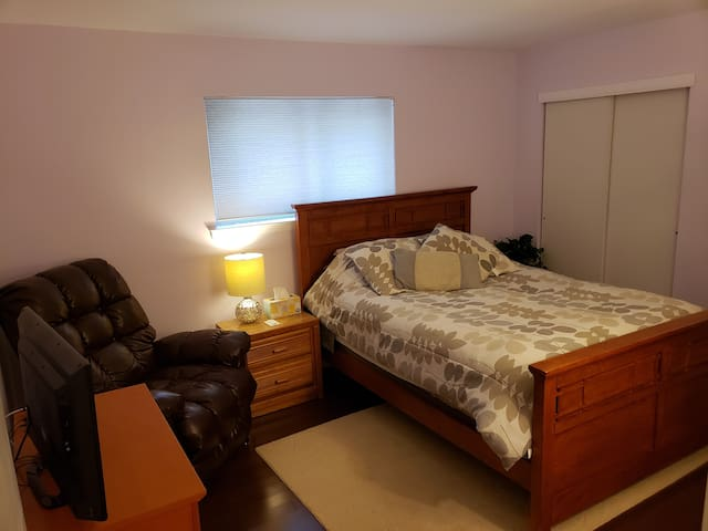 Clean, Cozy Room! Walk to LIRR, Wifi, AC, Pvt Bath