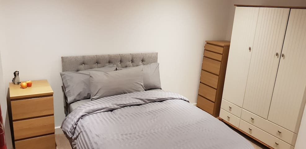 Double bed, en-suite, views, central location,