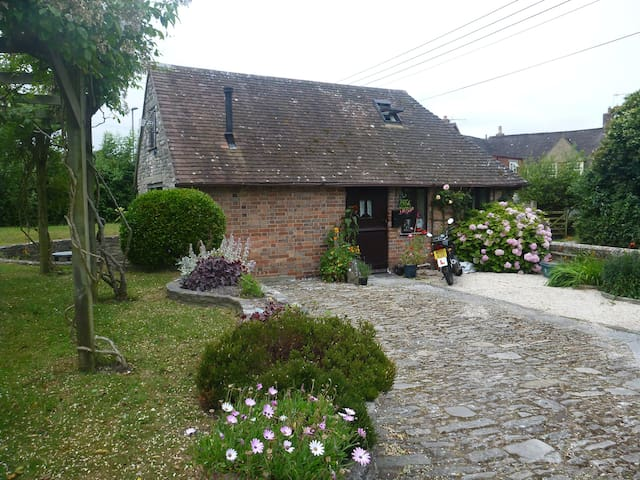 Pound Cottage; a self-contained, converted  Stable - Dorset - Ev