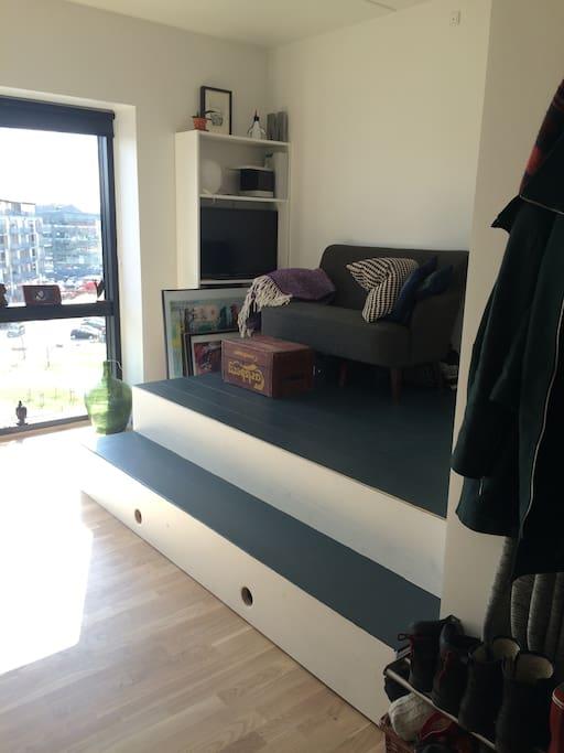 Platform that hides the bed