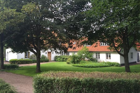 Big, charming farmhouse with breathtaking views - Landskrona NV - Ház