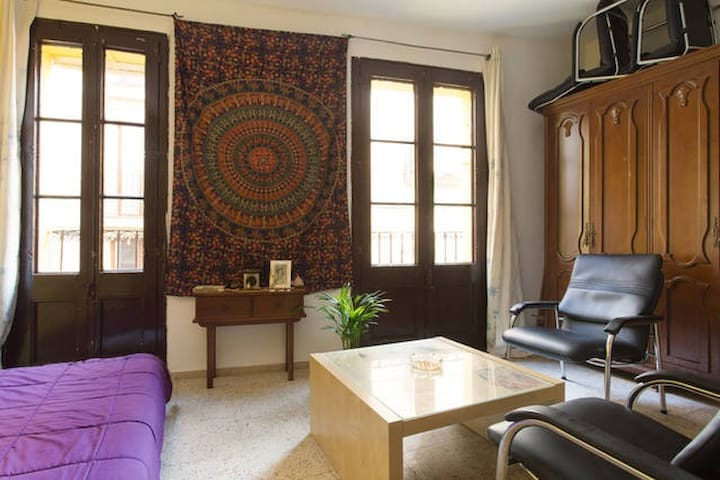 Small Room in center BCN. 2 people