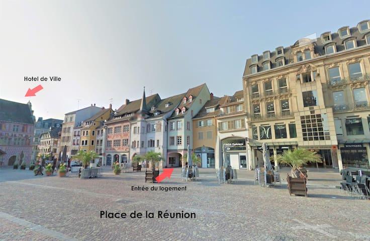Vue de la place de la Réunion et de l'entrée du logement