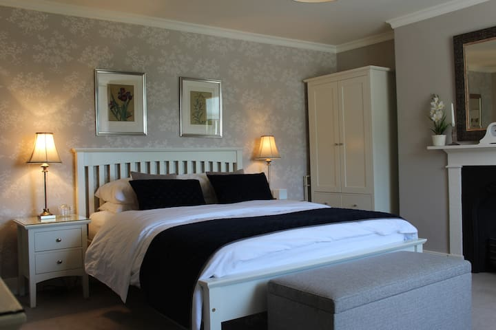 Top floor Kingsize Bedroom  2 spare beds available
