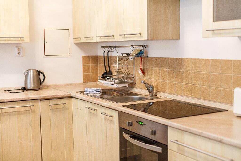 Кухонный уголок, оборудован посудомойчной машиной