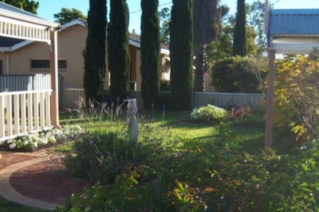 MERREDIN COTTAGE -Entire House: Free WIFI & Foxtel