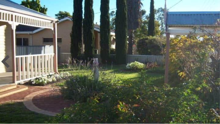 MERREDIN COTTAGE -Entire House: Free WIFI & Foxtel