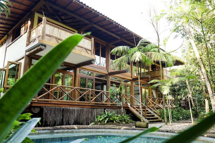 Casa exuberante com piscina