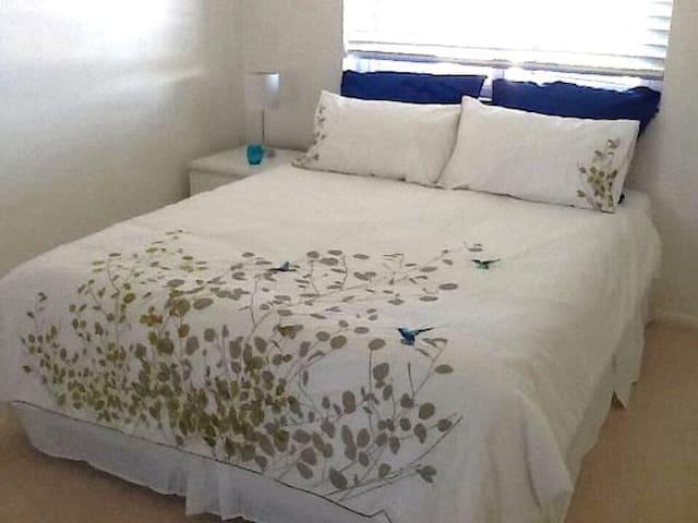 Larger bedroom, queen bed