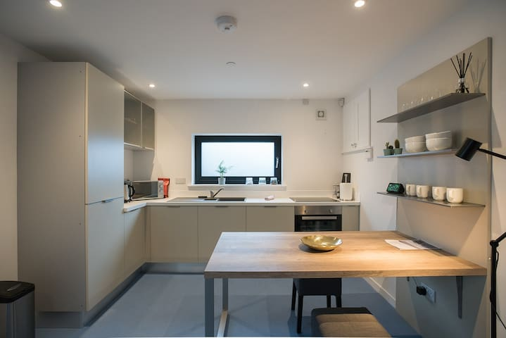 Cosy coach house in Cardiff with off road parking