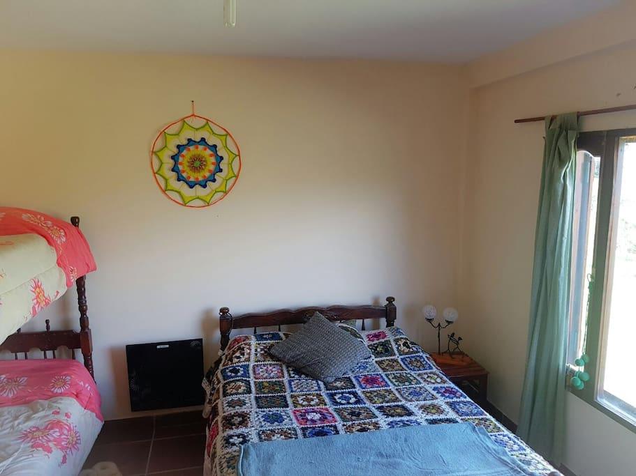 el dormitorio que tiene una vista al lago