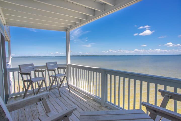 Dolphin Watch: Lovely Waterfront Unit with Kayaks