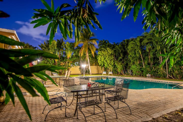 Fully Fenced Private Home, Walk to Beach,Nightlife