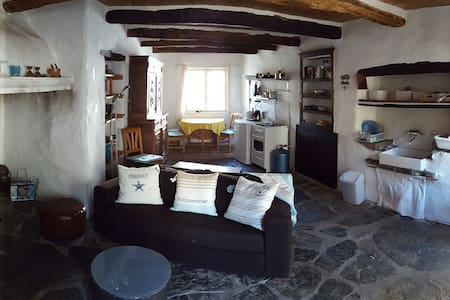 Charming 300 yrs. old stone cottage - Vieussan - Casa