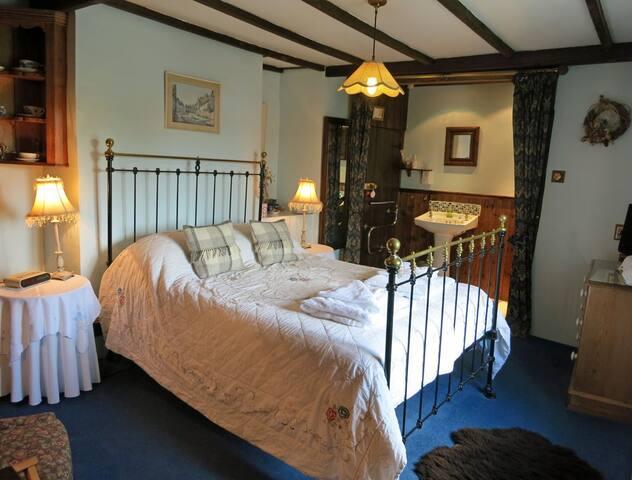(Blue) En-suite double bedroom, Huxtable Farm B&B