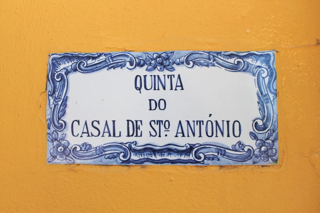 A tile with the name of our Quinta.
