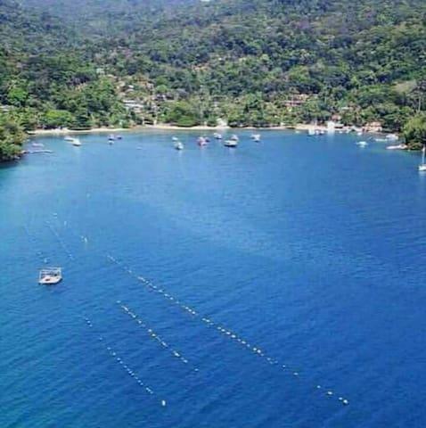 Praia da Longa /Ilha Grande/ Angra dos Reis, tem 350 mts de extensão,  220 moradores muitos receptivos.  Propício para quem procura muita paz e harmonia com a NATUREZA
