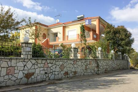 Comfortable house 13km from Tripoli - Manthirea - House