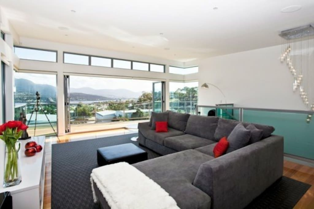 lounge with spectacular views of mountain and bridge (new furniture and pics to come)