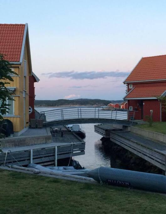 Herlige broer knyter øyene med sjøbuer sammen.