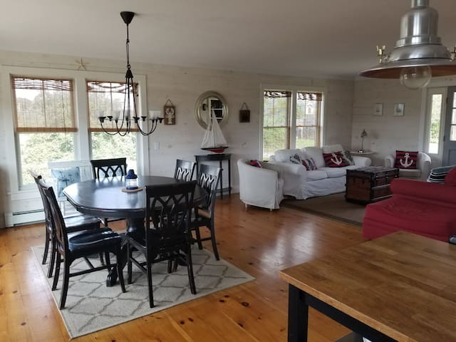 BI - 6 bedroom, 4.5 bath & A/C! 1 mile from town!