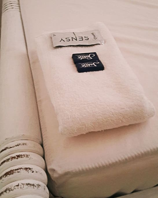 Jabón, shampoo, y todo lo necesario para una estancia comida.