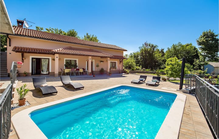 Awesome home in Veli Brgud with Outdoor swimming pool, WiFi and 2 Bedrooms