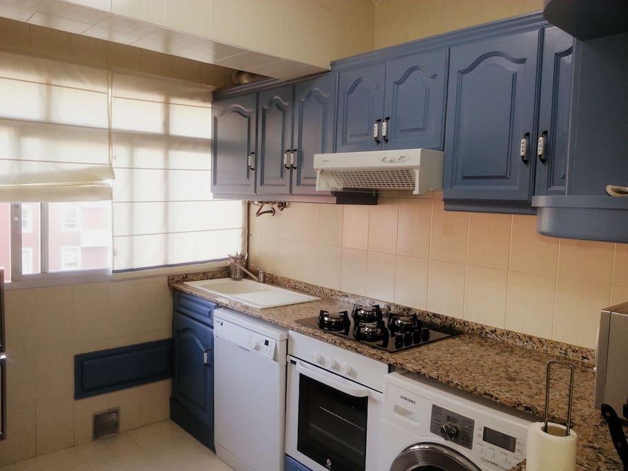 cocina, totalmente equipada, con lavadora secadora