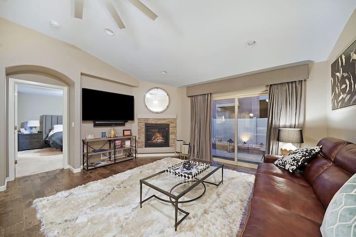 Luxury Home★Pikes Peak Views★Hot Tub ★1 mile AFA
