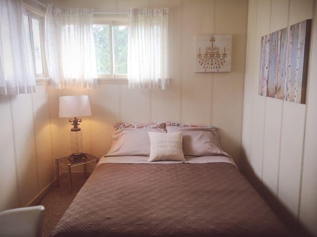 Sunny Queen Sized Room - Revelstoke - Dom