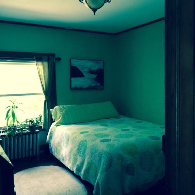 The Lime Room . Queen bed.