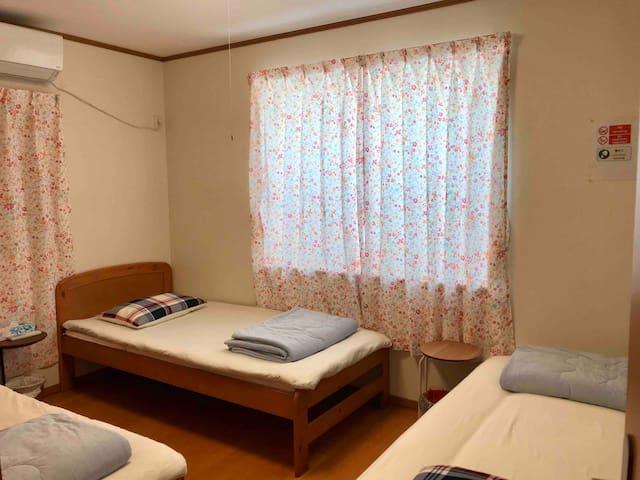 二楼客房,有三个单人床