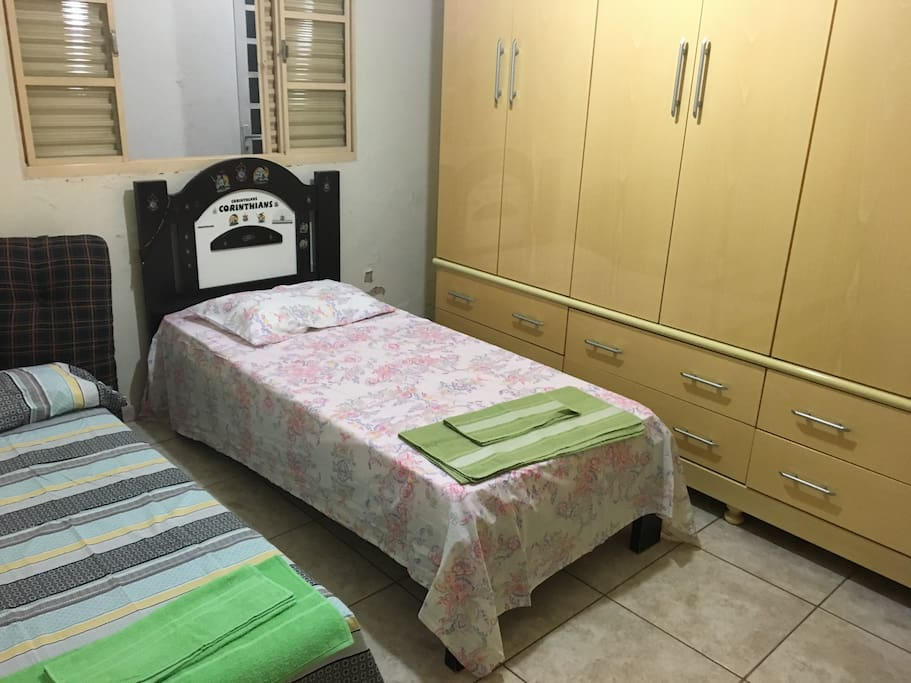 Quarto 2 com cama de solteiro e sofá cama