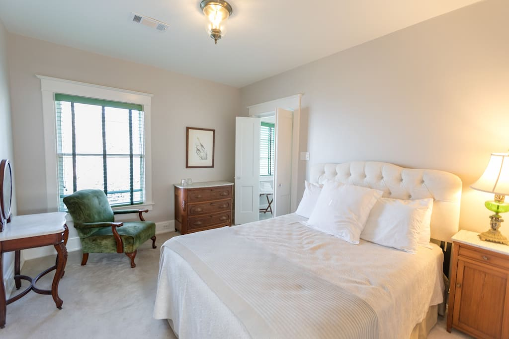 Big River Suite, North, features a Queen-Sized bed